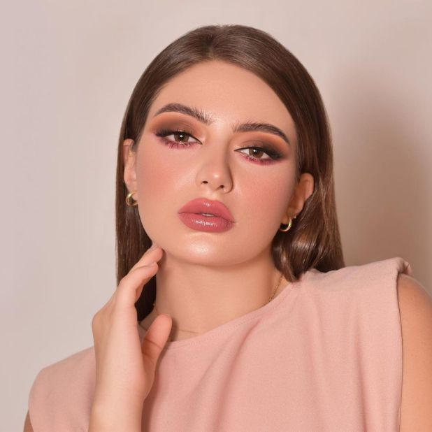 Smokey eye makeup in contrasting colors (photo from Shahd Al-Khattabi's Instagram account)