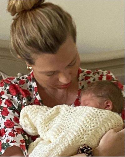 ويلفريد في حضن أمه كاري سيموندز بعد ولادته- الصورة من موقع ميرور