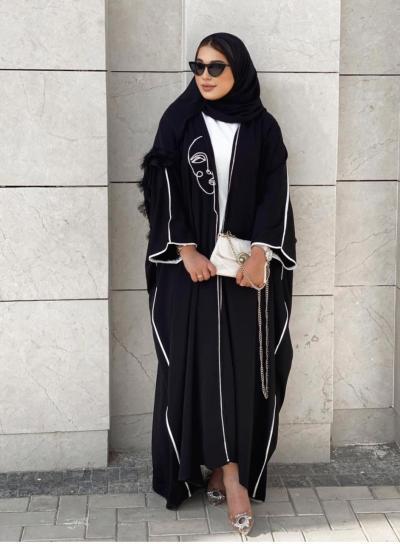 3 حنان الحكيم بعباية كيمونو برسمة شبابية -الصورة من حسابها على الانستغرام