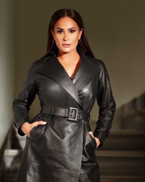 صورة ٢ هند صبري بفستان من الجلد الأسود الصورة من حسابها علي انستغرام.jpg