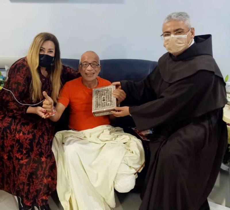 رئيس المركز الكاثوليكي ونهال عنبر يهديان شريف دسوقى مصحفاً