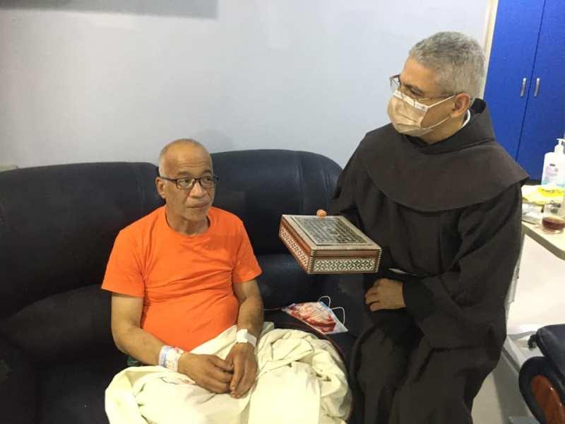 رئيس المركز الكاثوليكي يهدي شريف دسوقي مصحفاً