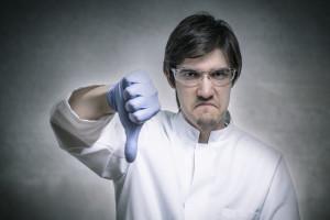 Zorniger Wissenschaftler hlt seinen Daumen nach unten