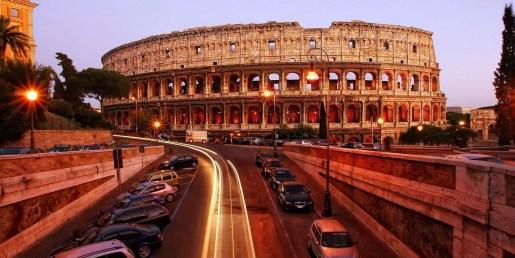 anochecer camino al coliseo romano en Europa