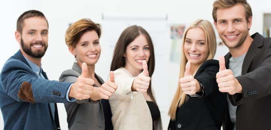 equipe fazendo sinal de positivo