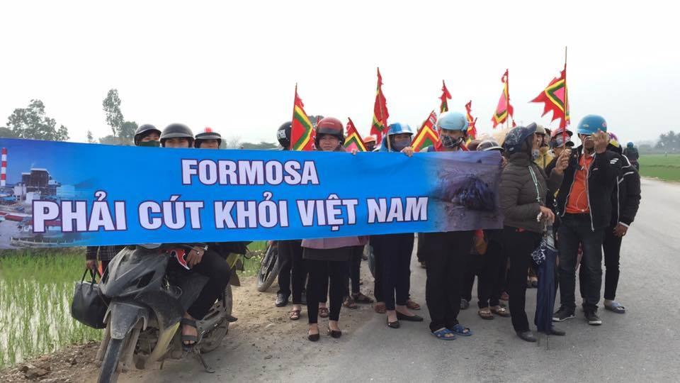 Hàng ngàn giáo dân Quỳnh Lưu tiếp tục đi khởi kiện Formosa dù bị ngăn chặn