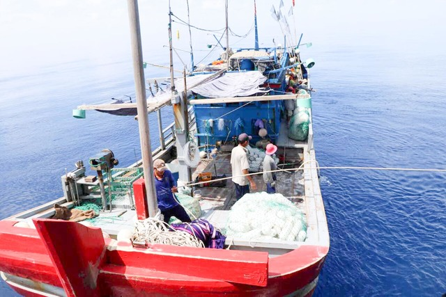 Tàu cá Quảng Ngãi lại bị 'tàu lạ' đâm chìm ở Hoàng Sa
