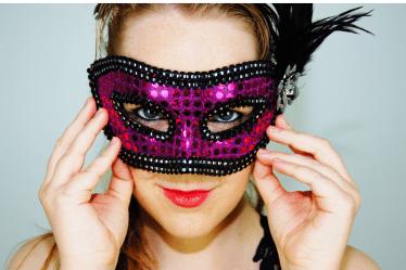 viso donna con un mascherina