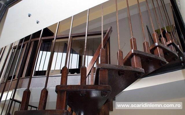 mana curenta din lemn curbat pentru scara in spirala pe vanguri cu trepte suspendate pe corzi