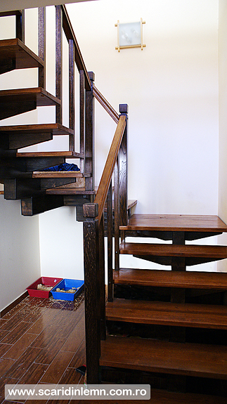 scara interioara din lemn masiv cu un vang modular mana curenta si balustrii pret scara