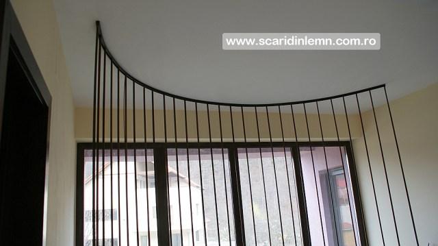scari interioare din lemn cu trepte de lemn suspendate pe corz