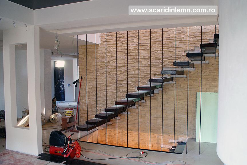 scara interioara de lemn masiv pe corzi incastrata in perete