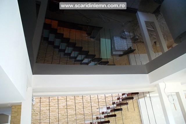 scara interioara de lemn masiv pe corzi cu trepte din lemn incastrate in perete