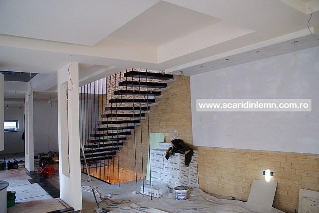 scara interioara de lemn masiv pe corzi cu trepte incastrate in perete