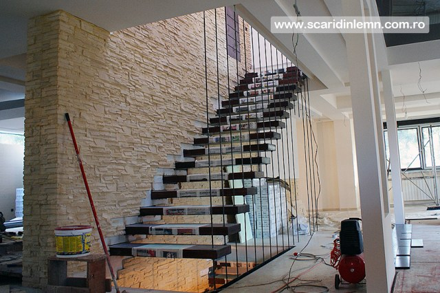 scara interioara din lemn masiv pe corzi cu trepte incastrate in perete