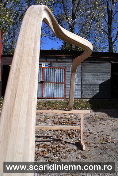 Atelier tamplarie scara interioara cu mana curenta continua din lemn masiv curbat