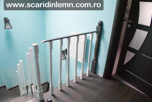montaj mana curenta lemn curbat cu balustrii albi scara interioara din lemn masiv