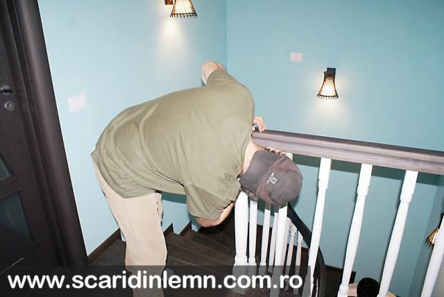 montare mana curenta lemn curbat cu balustrii albi scara interioara din lemn masiv