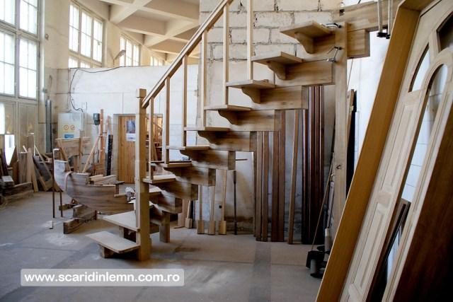 atelierul de tamplarie scara interioara in doua nuante, trepte beton placat cu lemn, vang modular, mana curenta continuua din lemn curbat