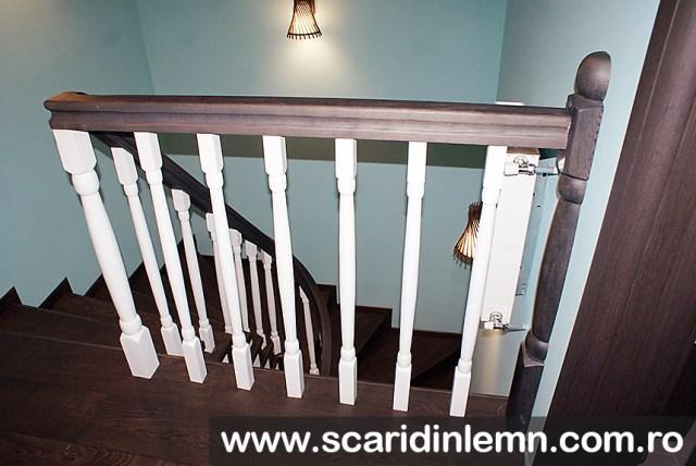 mana curenta curbata si balustri albi scara interioara de lemn masiv