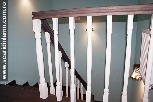 mana curenta curbata si balustri albi scara interioara din lemn masiv