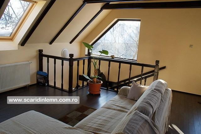 scara interioara din lemn masiv cu un vang modular mana curenta si balustrii de lemn preturi