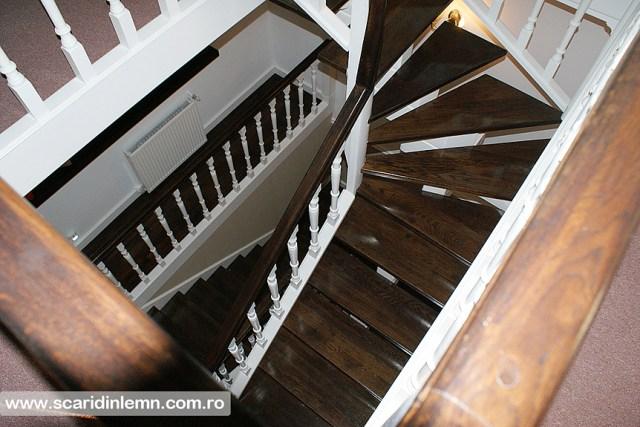 Scara interioara de lemn cu trepte de beton placat cu lemn, mana curenta continuua din lemn curbat, vang modular, proiectare