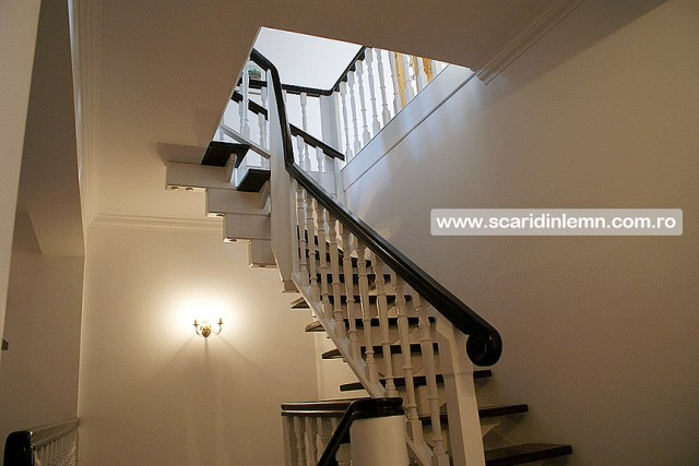 Scari interioare de lemn masiv placare trepte de lemn cu mana curenta continuua din lemn curbat vang modular, preturi