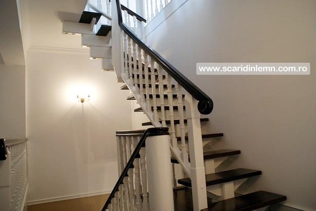 Scari interioare de lemn masiv placare trepte de lemn cu mana curenta continuua din lemn curbat vang modular design si proiectare