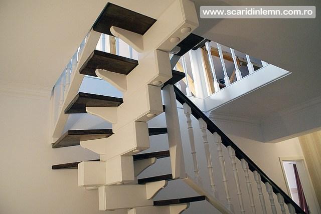 Scara interioara de lemn masiv placare trepte de lemn cu mana curenta continuua din lemn curbat vang modular design si proiectare