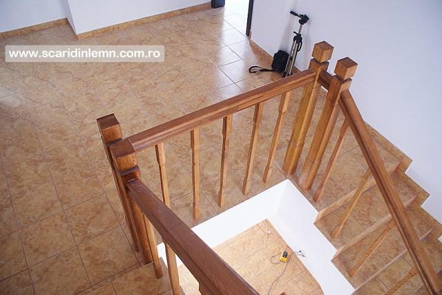 scari interioare de lemn masiv pe vanguri inchise cu mana curenta si balustrii pe casa scarii