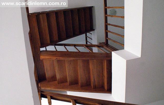 scara interioara de lemn cu mana curenta si balustrii din lemn pe vanguri inchise preturi design si proiectare scari
