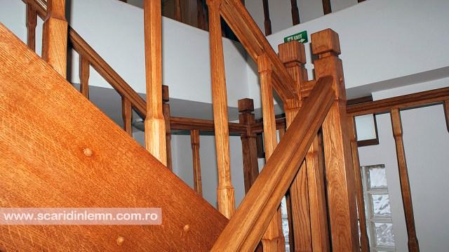 scara din lemn interioara cu balustrada si balustrii de lemn pe vanguri inchise preturi design si proiectare scari