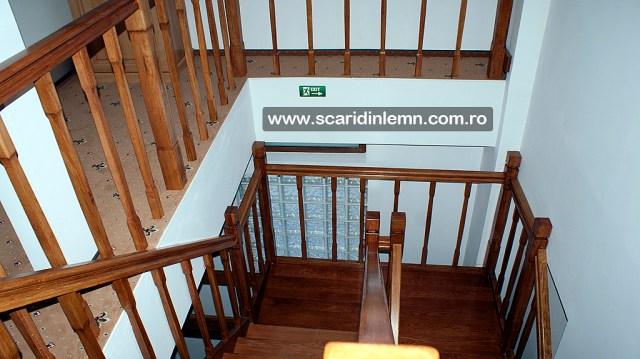 scara din lemn pe casa scarii cu mana curenta si balustrii de lemn pe vanguri inchise preturi
