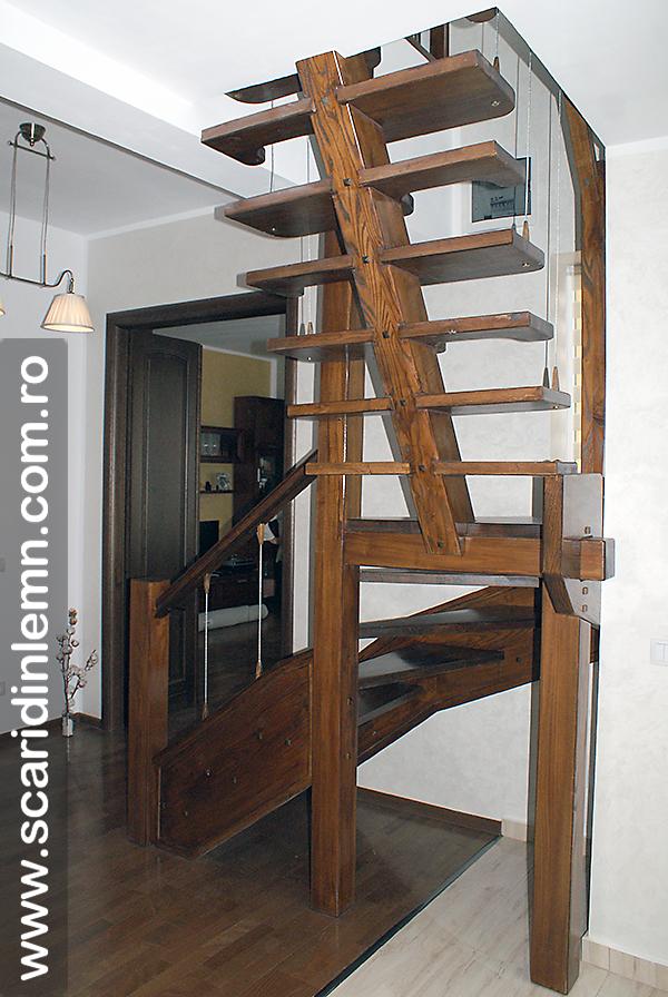 Scara interioara din lemn masiv  combinata, trepte in evantai, drepte, cu pas conditionat