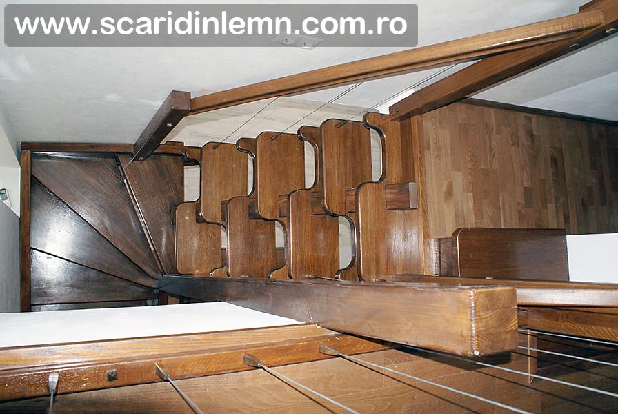 Scara de lemn masiv combinata, trepte in evantai, drepte, cu pas conditionat, economica