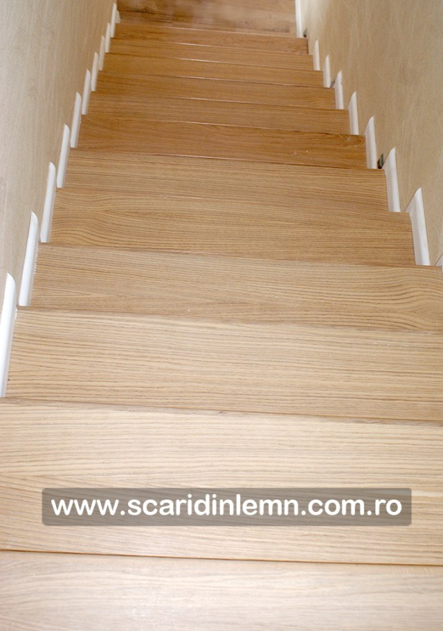 Scara interioara cu trepte din lemn masiv placate pe beton