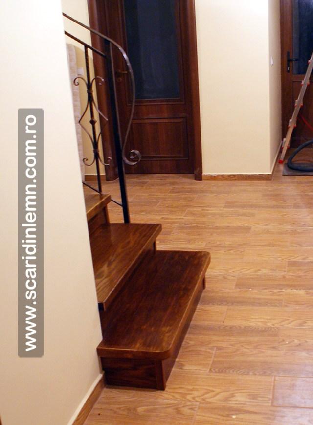 trepte-lemn-masiv-din-stejar-imbatrinite-placate-pe-scara-din-beton