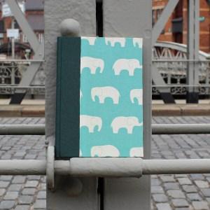 Grün türkis farbenes Babytagebuch mit cremefarbenen Elefanten
