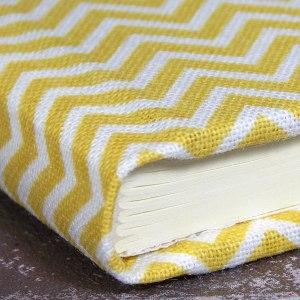 kleines gelbes Adressbuch Chevronmuster