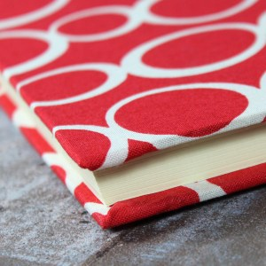 Leuchtend rot weißes Gaestebuch