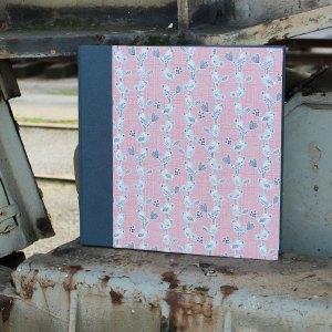 Großes quadratisches grau rosa gemustertes Kinderfotoalbum