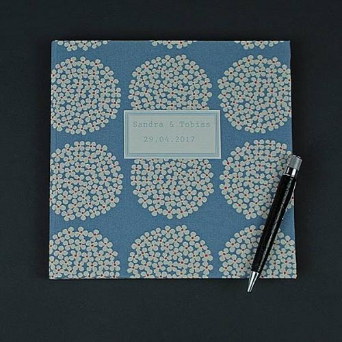 zart-blaues-quadratisches-Gästebuch