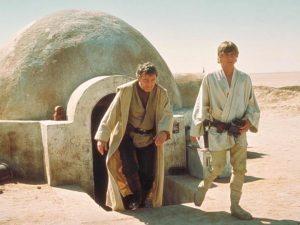 L'incident déclencheur pour Luke qui lui fera prendre conscience de sa quête se produit lorsque les troupes de l'empire assassinent ses parents adoptifs.
