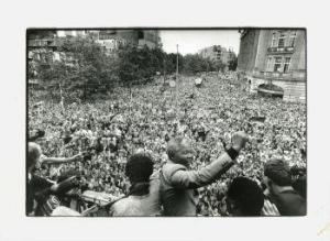 De Mandela's begroet door 20.000 mensen op het Amsterdamse Leidseplein, 16 juni 1990. IISG, foto: Roel Rozenburg
