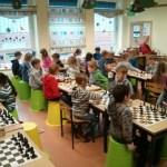 Schüler am Schachbrett
