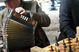 Ein musizierender Schachspieler!