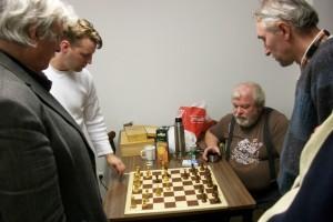 Es folgte eine ausgiebige Analyse, an die sich auch der noch spielende Werner beteiligte. Auch Ronny Heldt stieß später noch hinzu.