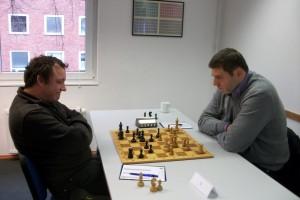 Schmidt-Schäffer Sebastian mit Schwarz gegen Stefan Sievers. Komplizierte Stellung, aber nur noch 9 Minuten gegen gute 20 seines Gegners.
