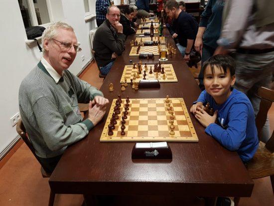 Meister gegen Nachwuchscrack in der finalen Runde am Spitzenbrett. Und der Vater freut sich von weiter hinten...
